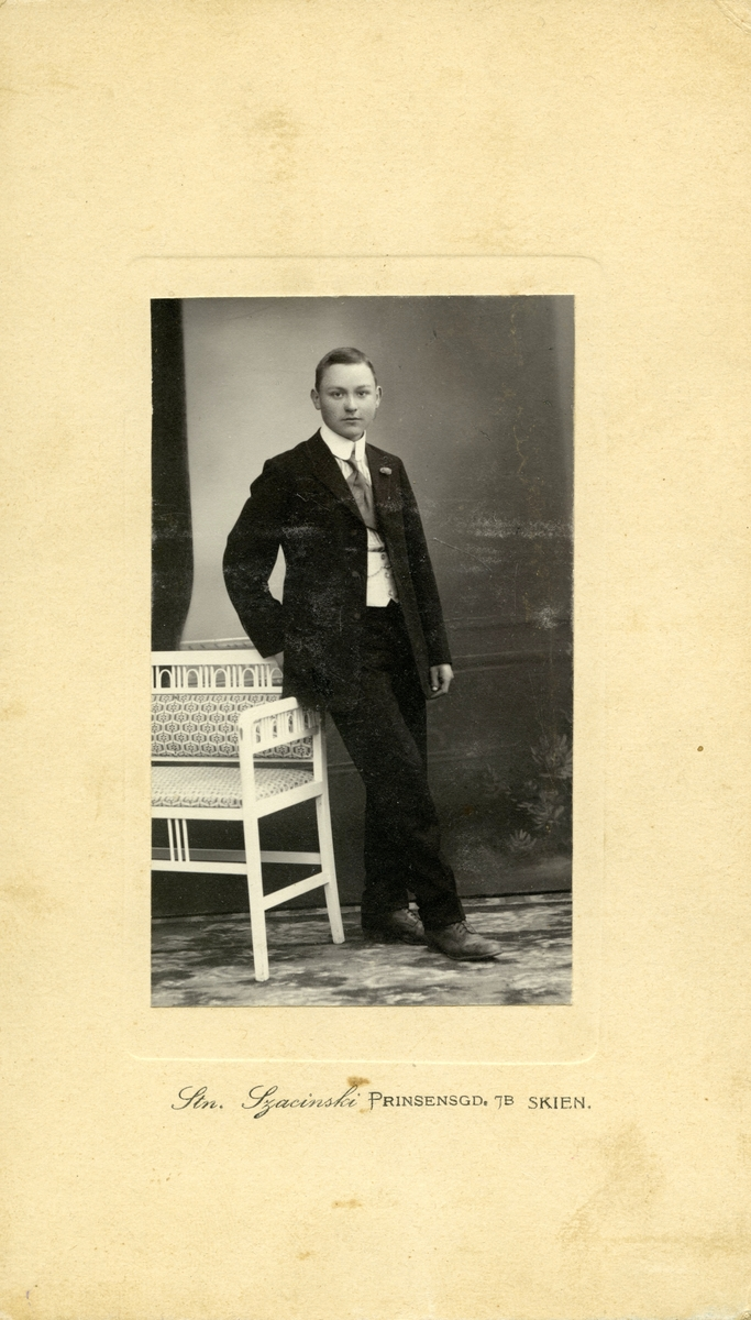 Edvard Råstad i fotoatelier