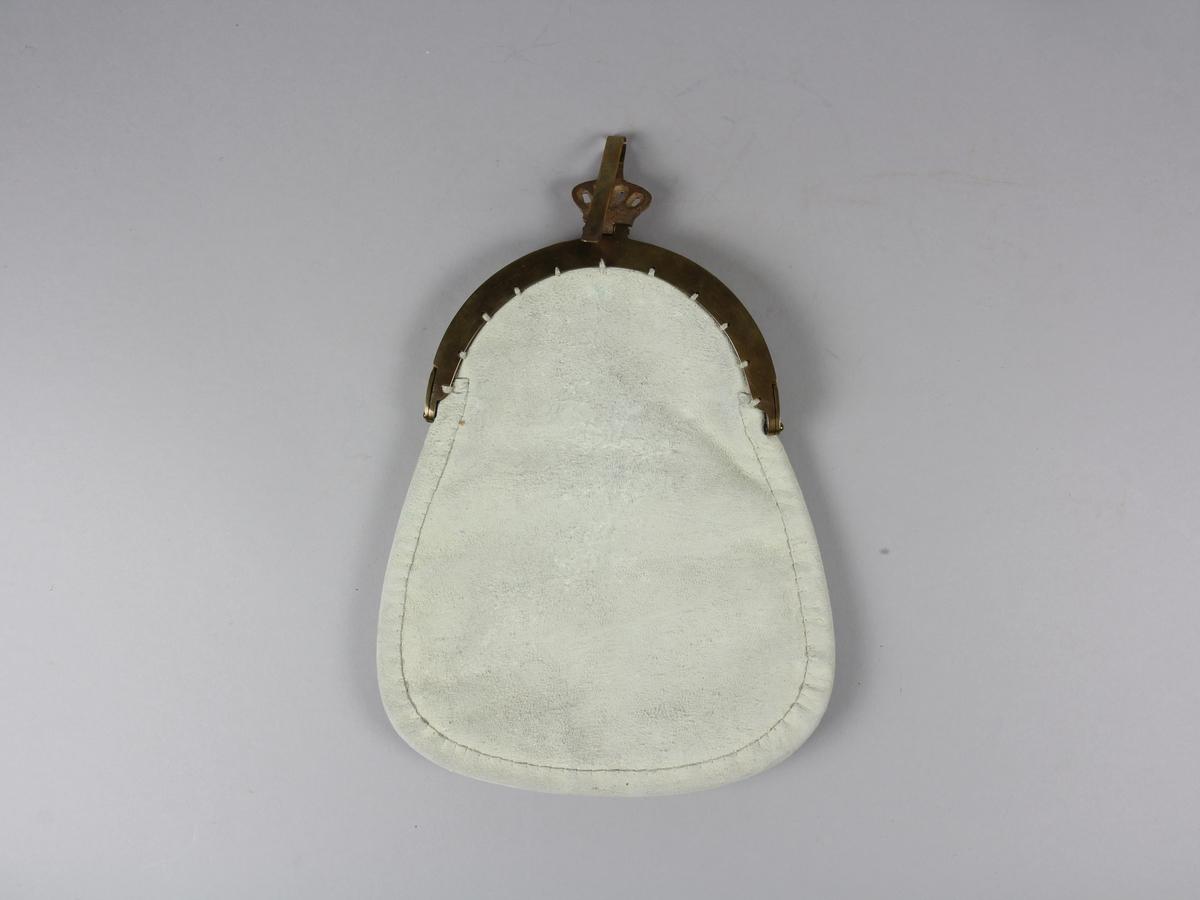 Kjolväska med lås och bygel av mässing. Väskans baksidan är av sämskskinn och framsidan är av svart ullkläde med applikation i färgerna rött och gult. Mönstren är omsydda med tenntråd. Väskan är kantad med smala skinnremsor.