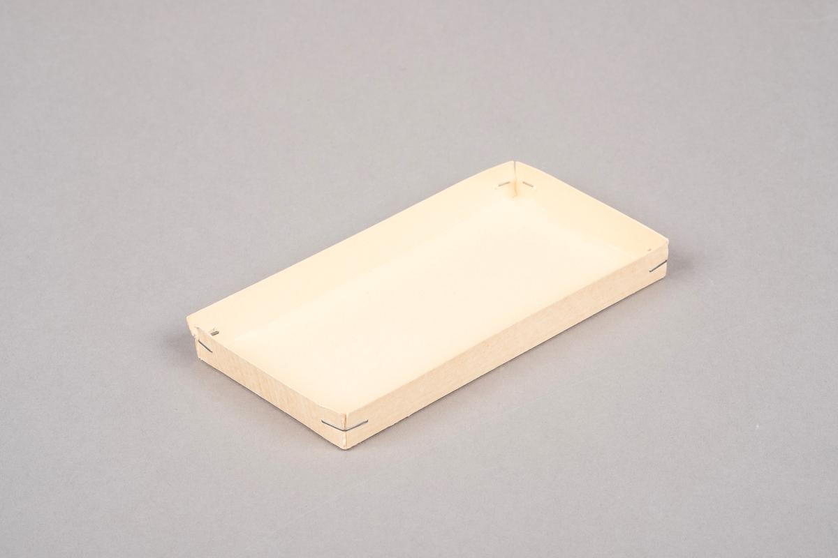 Lokk til konfekteske fra A. Bergene. Konfekten het Cabinet. Lokket er i papp. Kantene er stiftet sammen.