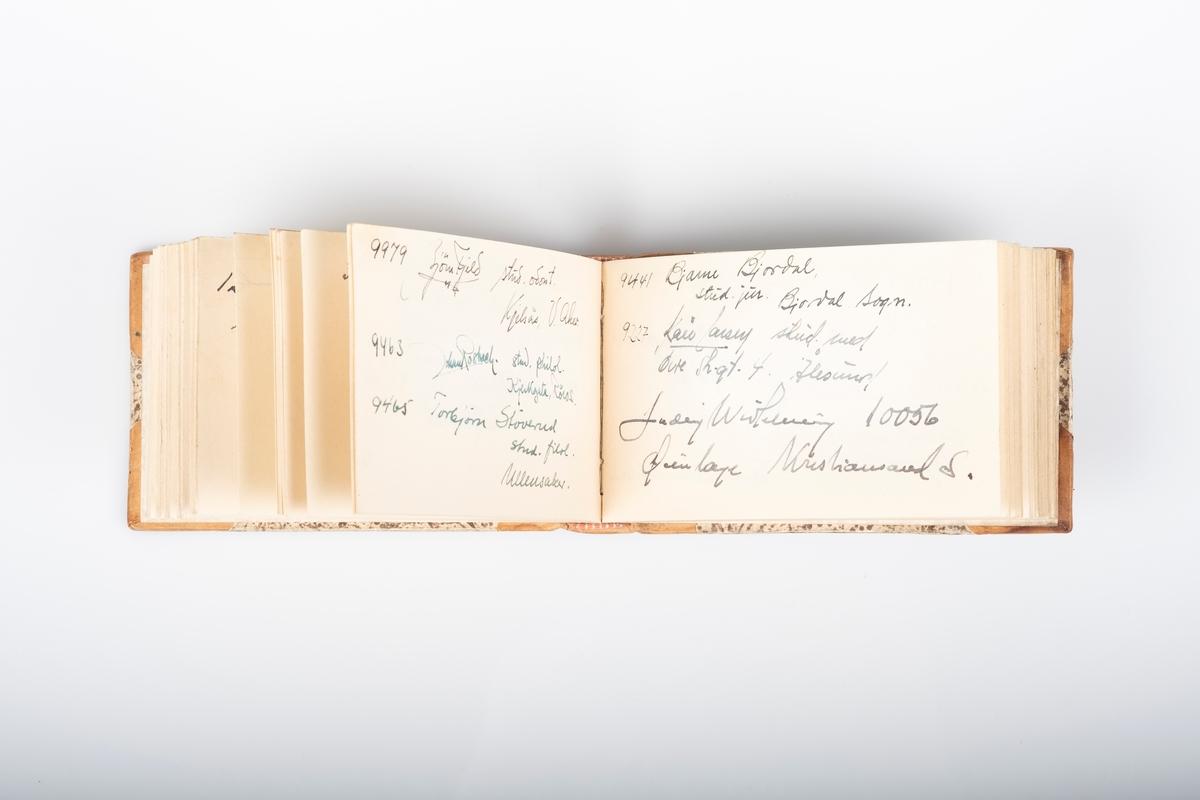 Innbundet minnebok med stive permer og lærrygg, sannsynligvis laget på boktrykkerverksted. Tittelblad med personopplysninger og akvarelltegning av vakttårn på Grini. Minneboken inneholder hilsener fra medfanger og noen tegninger av leiren og livet der.