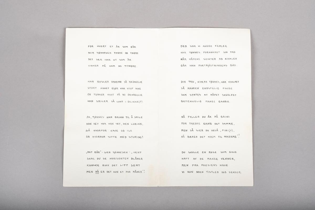 På kortets forside er det et maleri i vannfarger av tre fangesymboler satt sammen til en helhet: En mannlig fange i blå fangedrakt står oppå en gul fangetrekant og jobber med trearbeid. Han står foran et rødt vakttårn.  På baksiden av kortet er det grønt gress nederst langs kanten og et dødssoneskilt er plassert i gresset