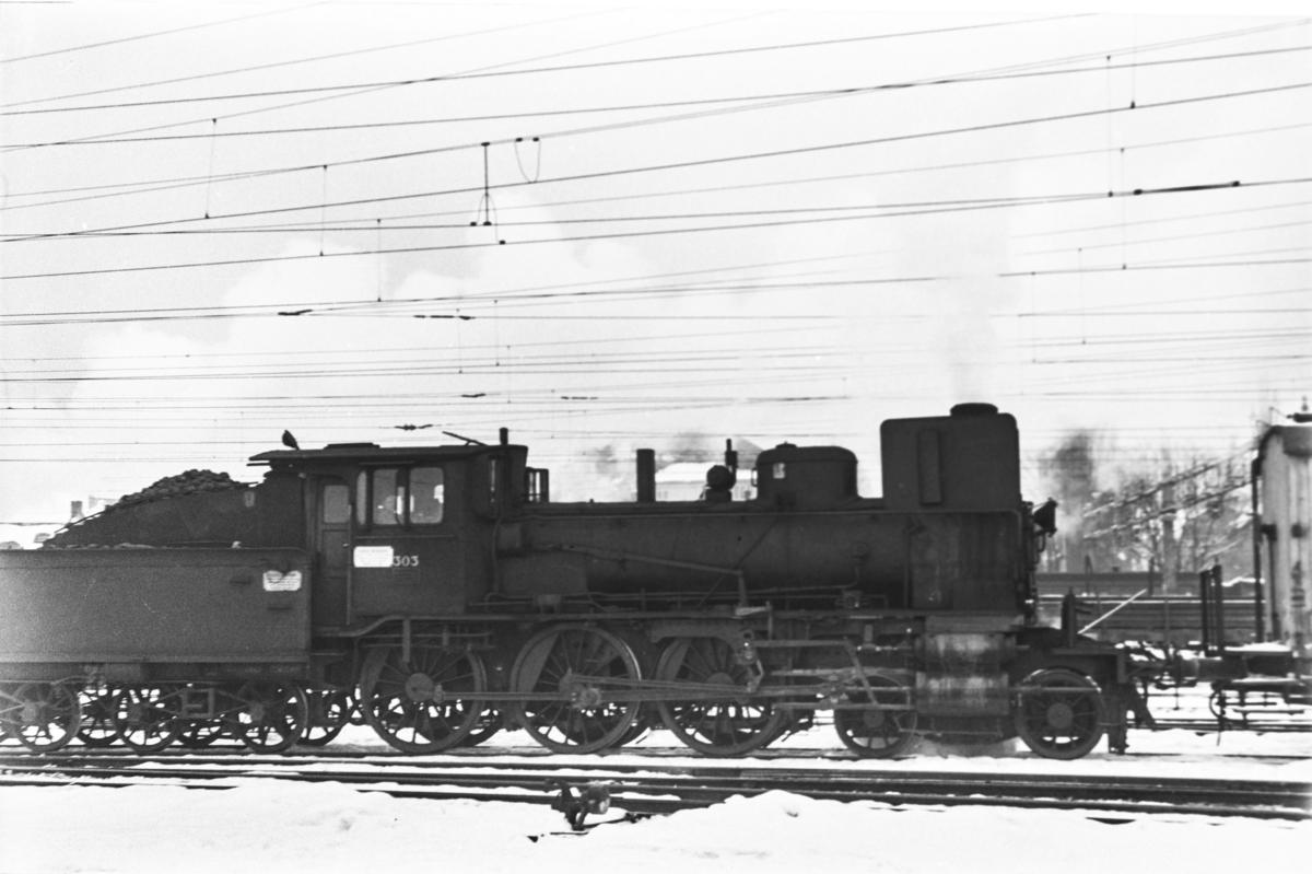 Damplokomotiv type 27a nr. 303 på Hamar stasjon.