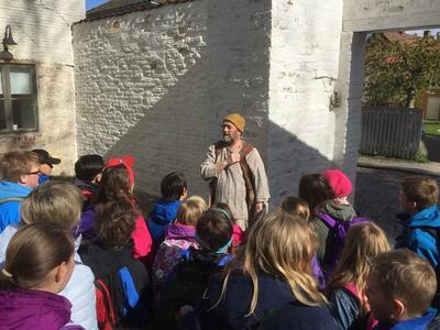 Elevene får et levende møte med historien når de besøker Gamlebyen og Fredrikstad Museum.. Foto/Photo