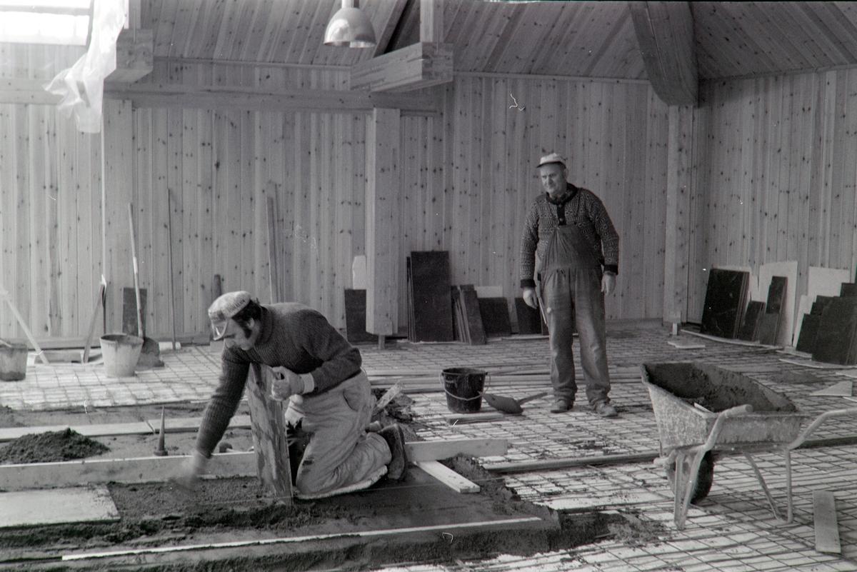 Storhamarlåven C-fløy, HDH.03. Murer Erik Jønsson og ukjent, legger hellegulv på aulatoppen.