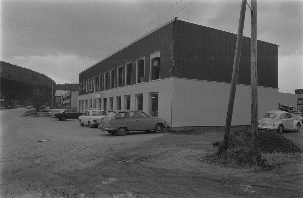 Jarle Jørgensen Møbelforretning, åpning av nybutikken 1971. Bygget sett fra utsiden, Mathias Brunsgt. til venstre. Biler parkert utenfor.  (Forretningen hadde opprinnelig 1 etasje og ble utvidet med en 2.etg.)