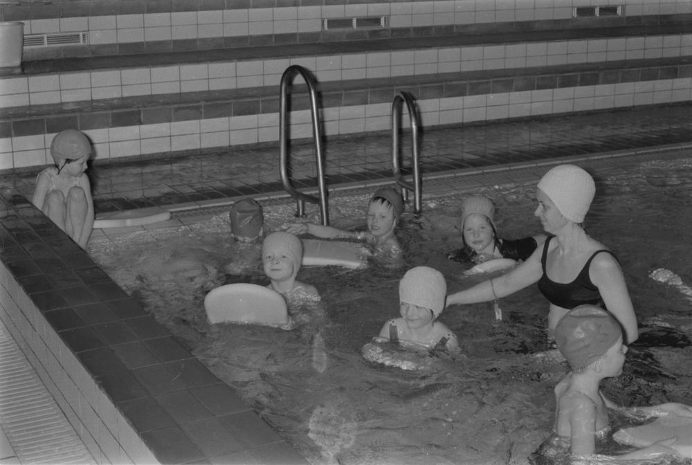 Plaskekurs i svømmehallen. Svømmeopplæring for barn.