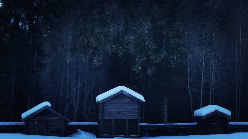 Langs Islandselva ligg mellom anna desse husa; frå venstre smie, stabbur og bekkekvern. (Foto/Photo)