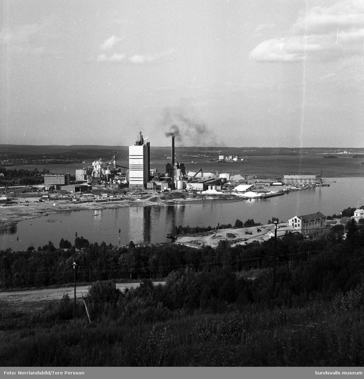 Östrandsfabriken fotograferad från Skönviksberget. Även fabriken i Vivstavarv syns på bilden.