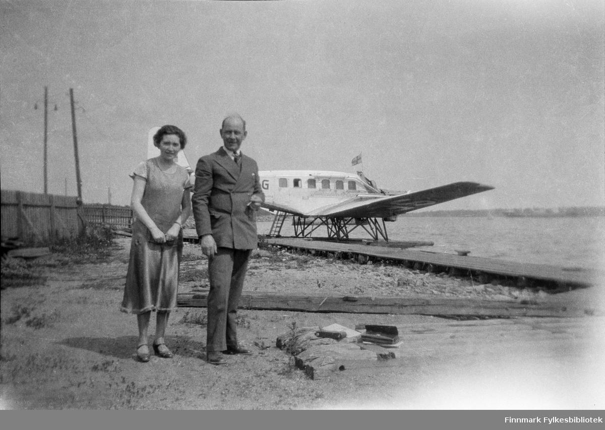 Vardø-folk på tur i Finland 1931. Bildet er tatt i Helsingfors. Laura Lorentsen og Oskar Alseen står foran et sjøfly.