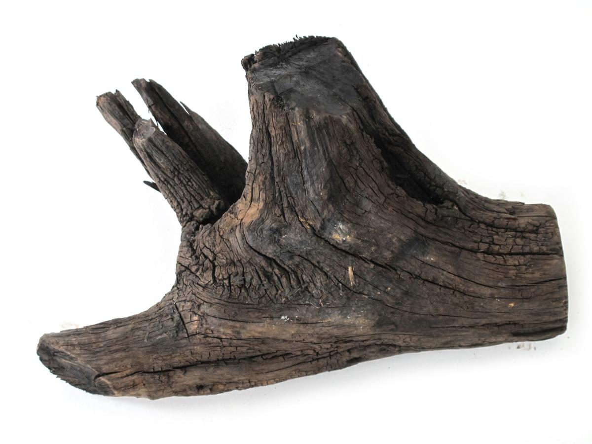 Fargetre, campuchetre, logwood.  g)  Trekubbe med tre grener.  Merket FRED 386  L: 35  DI: 9