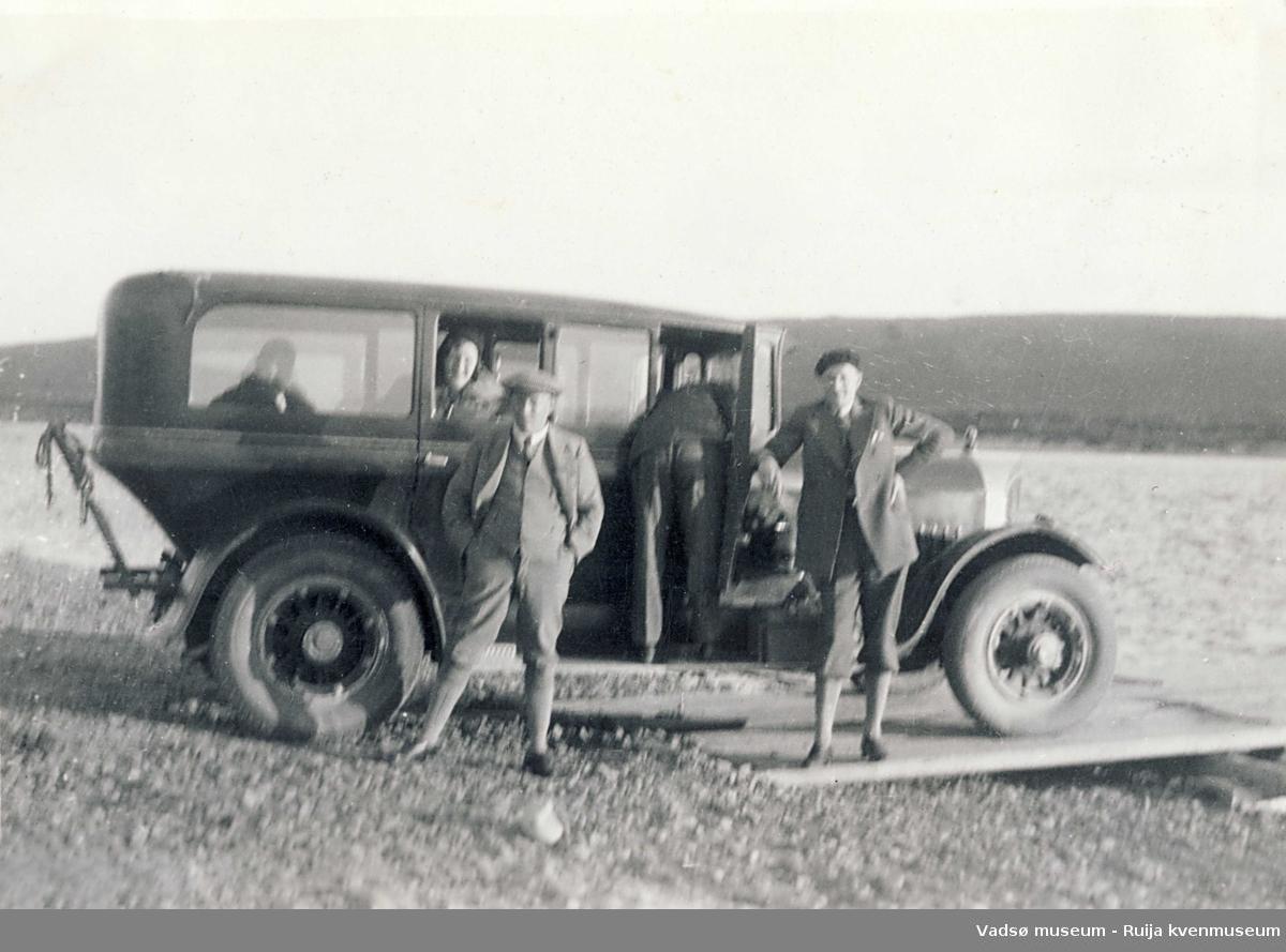 Noen menn på tur med bil som kanskje skal på ferge ved Seida ca 1933.
