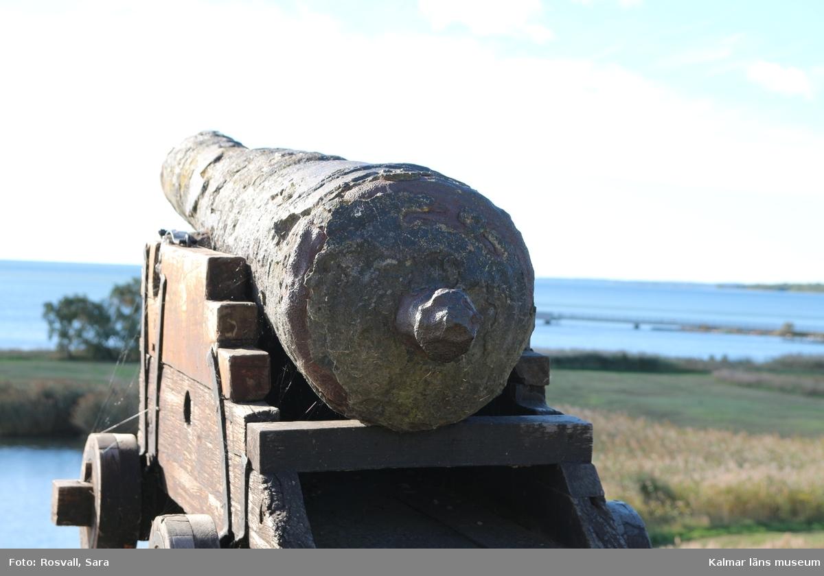 KLM 38998. Kanon. Av järn. Spår av nio vulster fördelade på fyra ställen. Druvan förstörd.