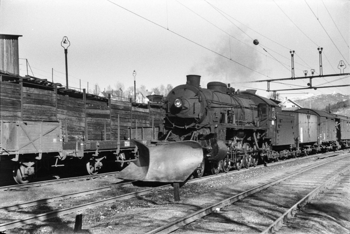 Damplokomotiv type 31b nr. 429 med ekstratog til Bergen. tog 7651, i anledning hjemreisen 2. påskedag.