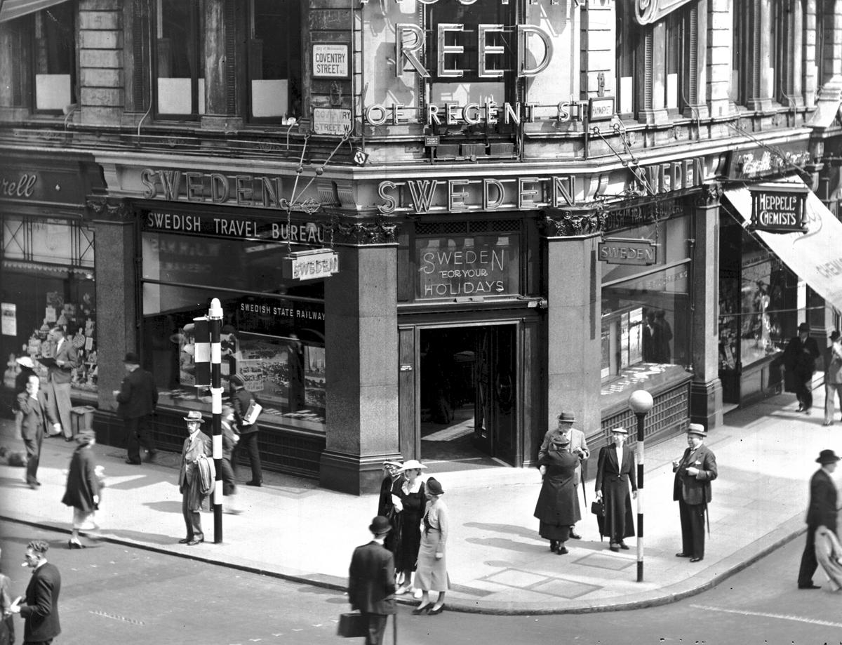 """""""Swedish Travel Bureau"""" på Coventry street i London.  Resebyrån öppnades 1921 av Svenska Turisttrafikförbundet men övertogs 1924 av SJ Resebyrå. I samband med övertagandet så bytte resebyrån namn till """"Swedish Travel Bureau""""."""