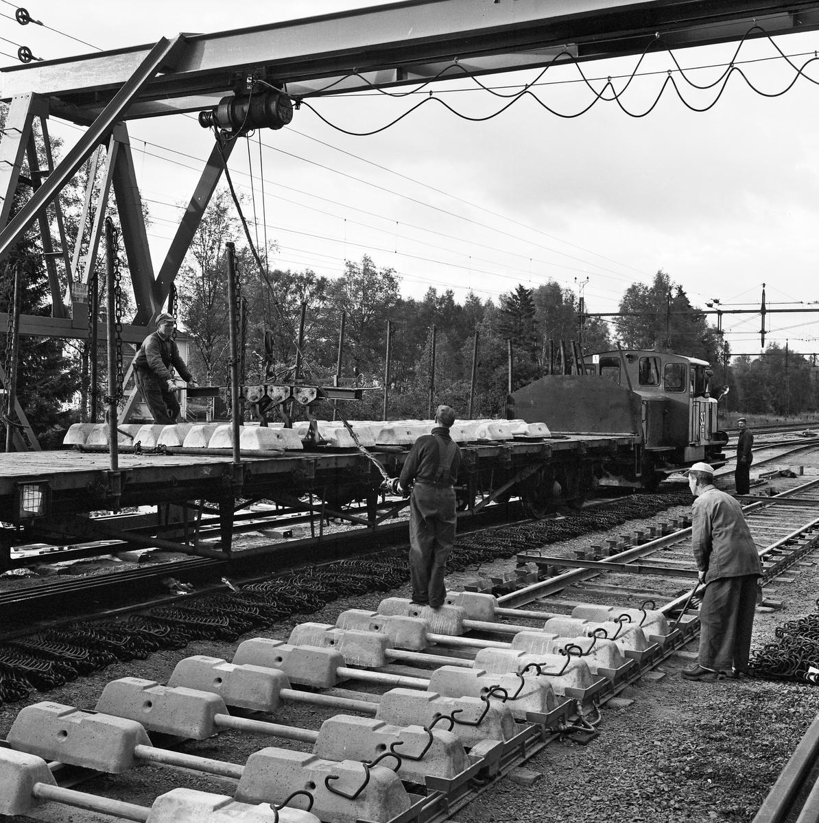 Spårarbete, Flisby-Solberga. Uttransport av färdigt spårspann. SJ Z43 199