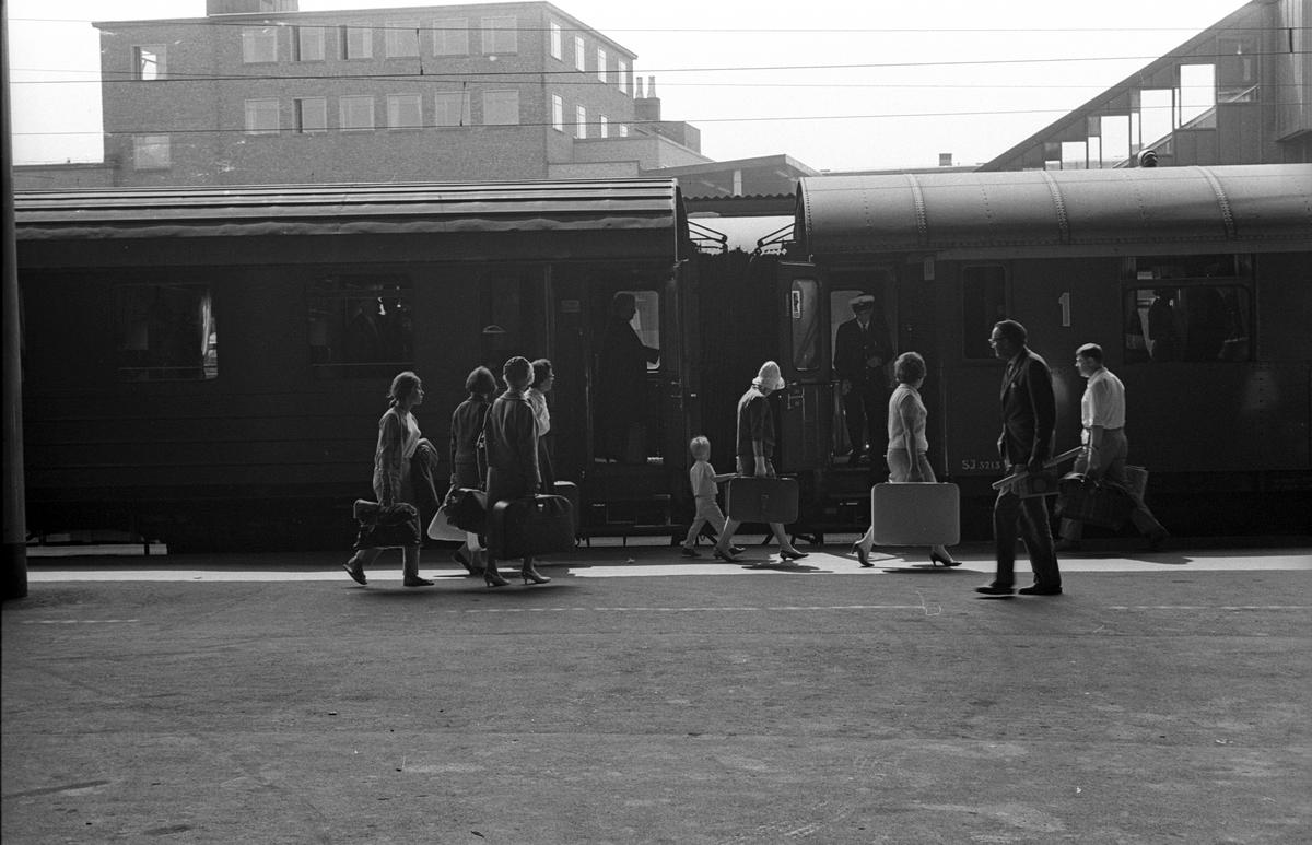 Stockholms Centralstation. Midsommarresenärer.