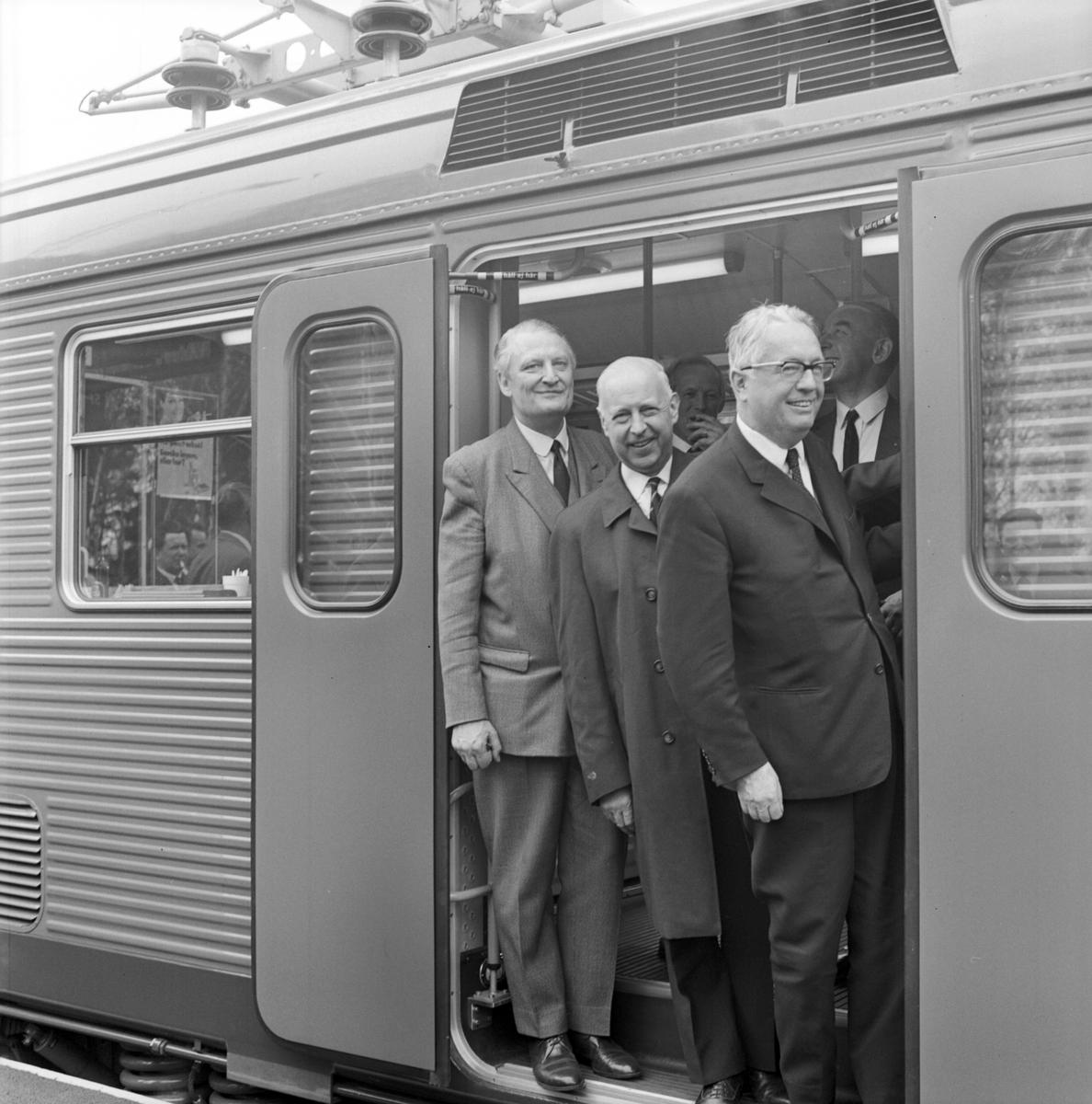 Statens Järnvägar SJ X1. Trafikstart för X1:orna inom AB Storstockholms Lokaltrafik. Generaldirektör Upmark till vänster