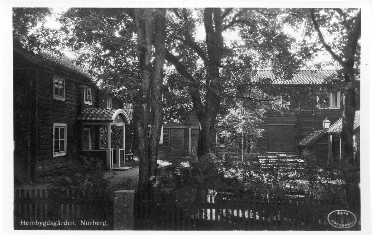Hembygdsgården. En parstuga från 1728 i liggtimmer, på nedre botten finns tre rum, en sal, ett skrivrum och ett rymligt kök. På övre plan två rum och en förstuga. Det ena rummet är tapetserat med gamla målade tapeter från kyrkvärdgården i Karsbo. Huset är möblerat från tiden 1750-1800. Flyttad till Karlberg 1943 från Stora Höjen i Norberg och skänkt av Greta Jacobsson.