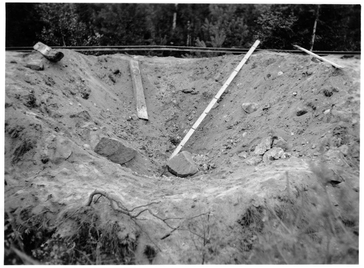Pågående upprivning av Vimmerby – Ydrebanan. Mätning av effekter efter störtbombs övningar.