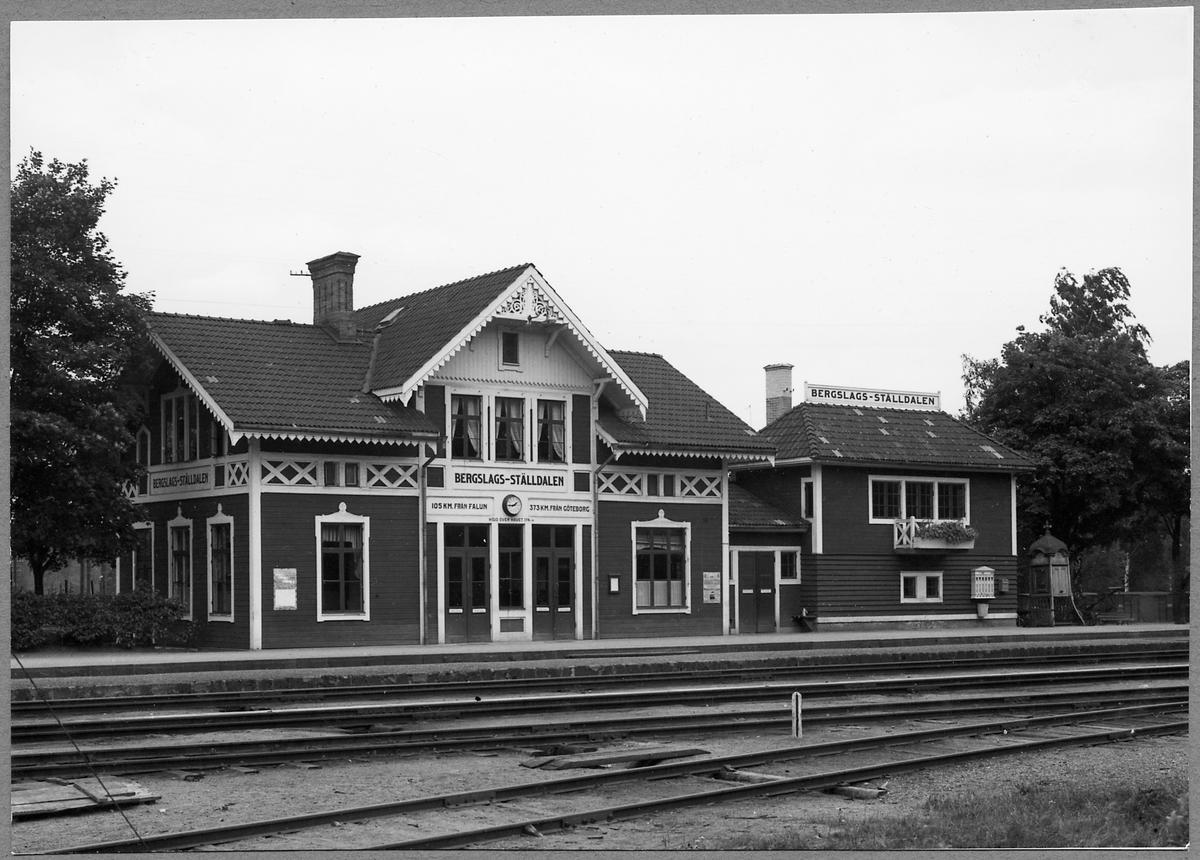 Stationshuset i före detta Bergslags Ställdalen, sedermera Ställdalen. Huset till höger är ett ställverkshus.