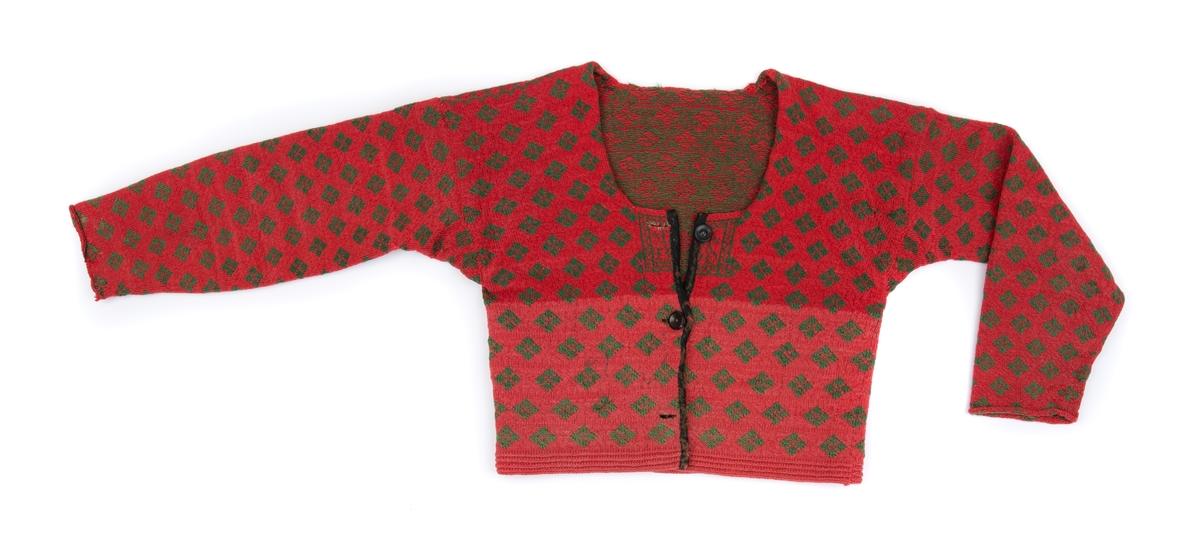 Kvinnotröja, mönsterstickad på rundstickor, av hårdtvinnat ullgarn i rött och grönt. Uppklippt fram och knäppt med tre svarta knappar, varav en saknas.