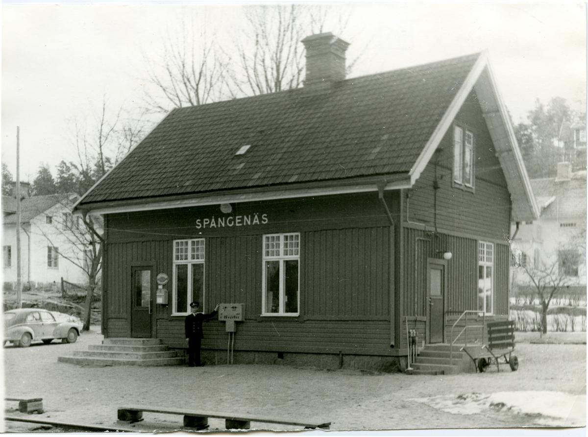 Spångenäs station. Det fanns en trafikförvaltning för tre järnvägar, Norsholm-Västervik-Hultsfreds Järnväg, NVHJ. Sträckan Hultsfred-Västerviks järnväg, HWJ, öppnades i november 1879. Stationen revs i mars/april 1973.