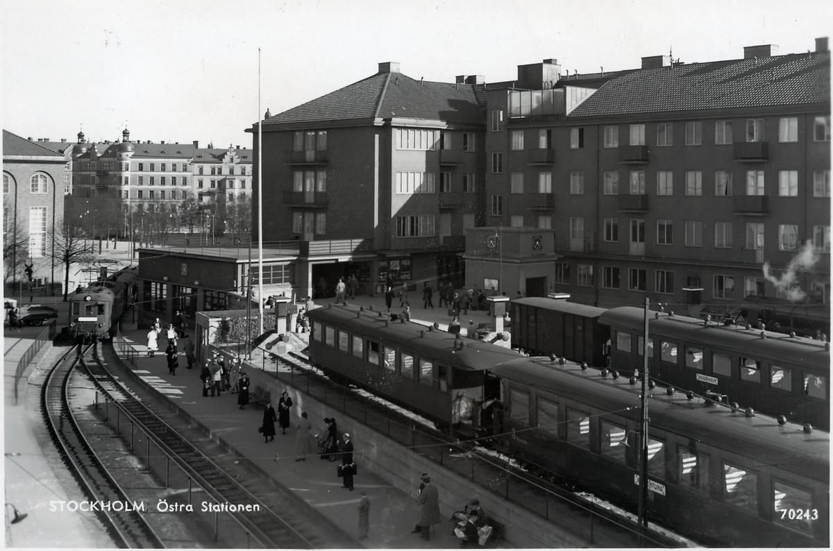 Stockholm Östra Station. Motorvagn typ X3p i bildens vänstra del.