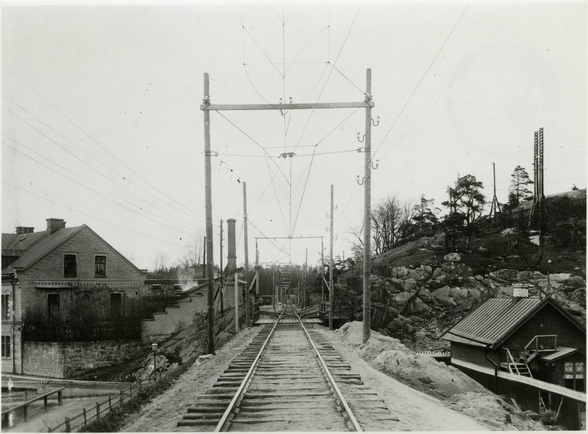 Tomteboda. Statens Järnvägar, SJ. Tomteboda-Värtan. Elprovsträckan vid  Albano, en järnvägsstation mellan Karlberg- Värtan. Kontaktledning med dubbla stolpar och två bärtrådar.