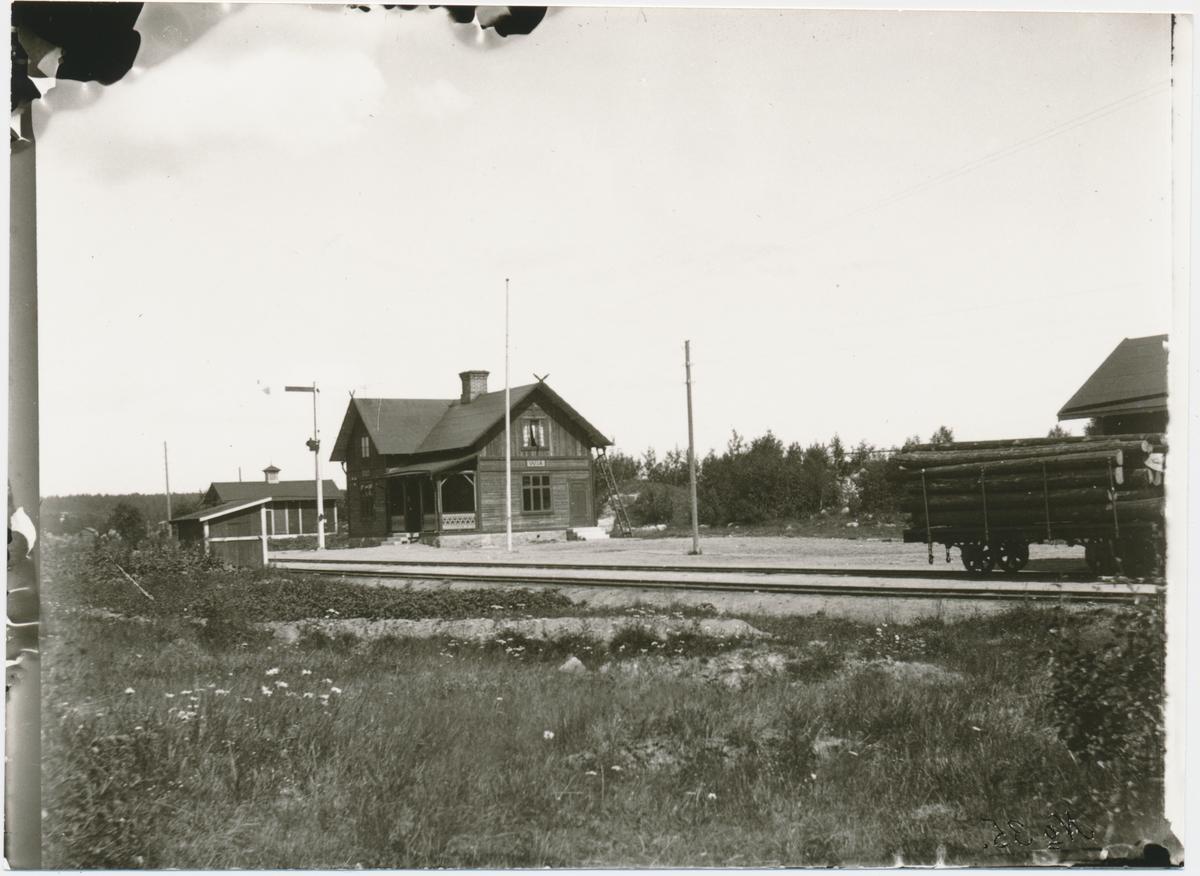 Stationen öppnad 1927 som bispår till Via tjärindustri. Envånings stationshus i trä. Mekanisk växelförregling. Godstrafiken upphörde 1965 och ett år senare nedlades stationen. Gammal stavning på skylten.