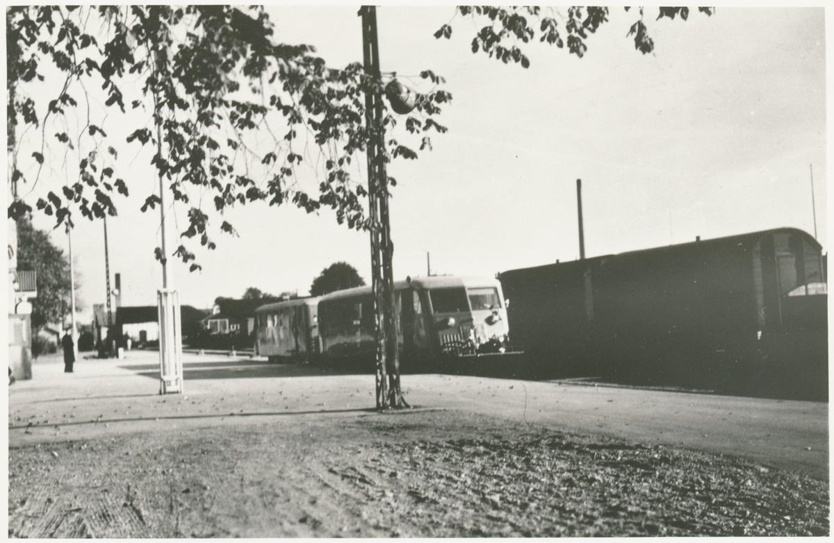Visby station öppnad öppnad 1878 av Gotland Järnvägar, GJ. Då byggdes tvåvånings stationshus i sten. Nytt magasin uppfördes 1912. Rälsbussgarage med fyra portar byggdes 1945. GJ förstatligades 1947. Den allmänna trafiken lades ned 1960. Enskild godstrafik i Visby Andelsslakteris regi bedrevs på sträckan Slakteriet-Visby hamn fram till maj 1962.
