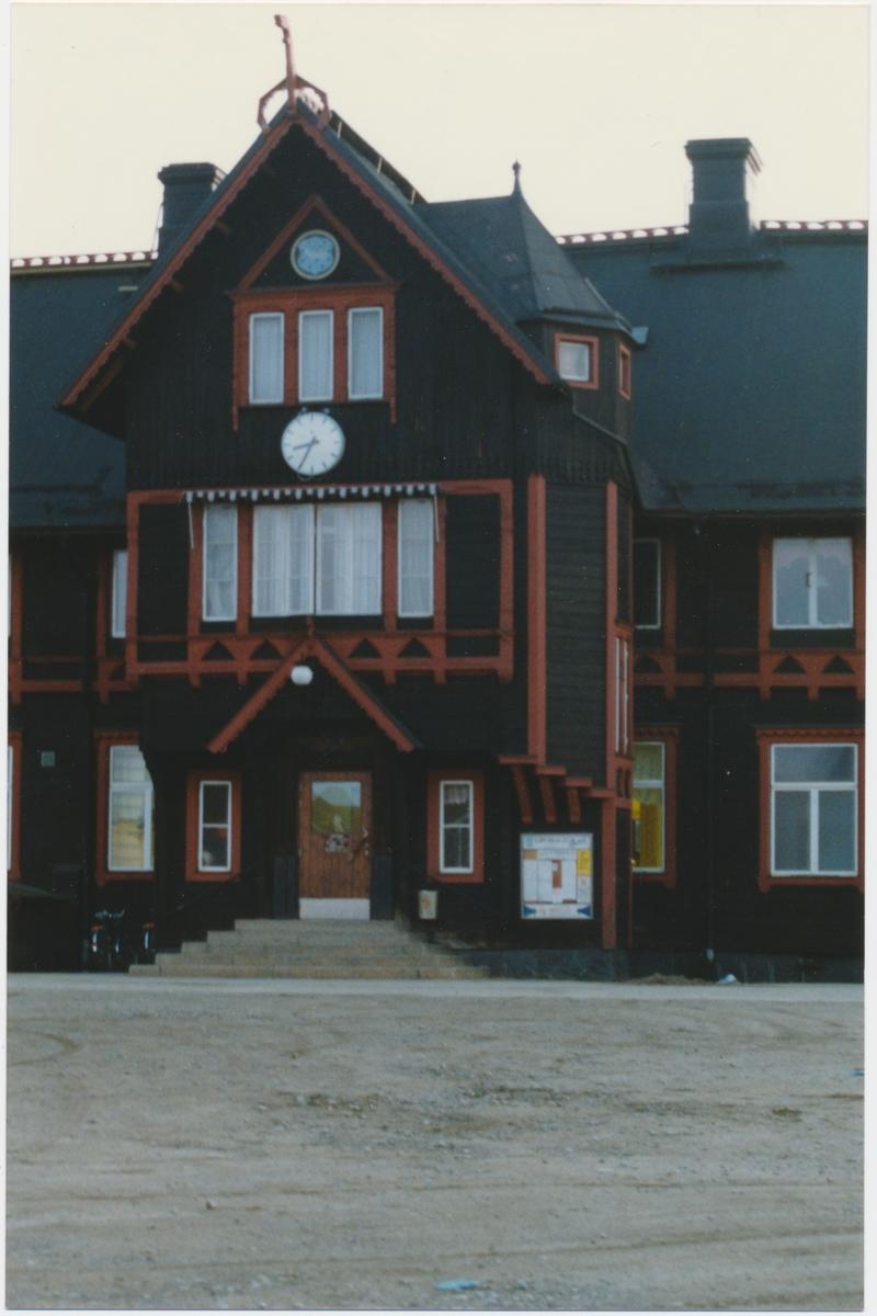 Vännäs station.Statens Järnvägar, SJ. Stationen anlagd 1891. Stationshuset byggdes om 1927. Elektrifiering 1941. Blev k-märkt 1986.