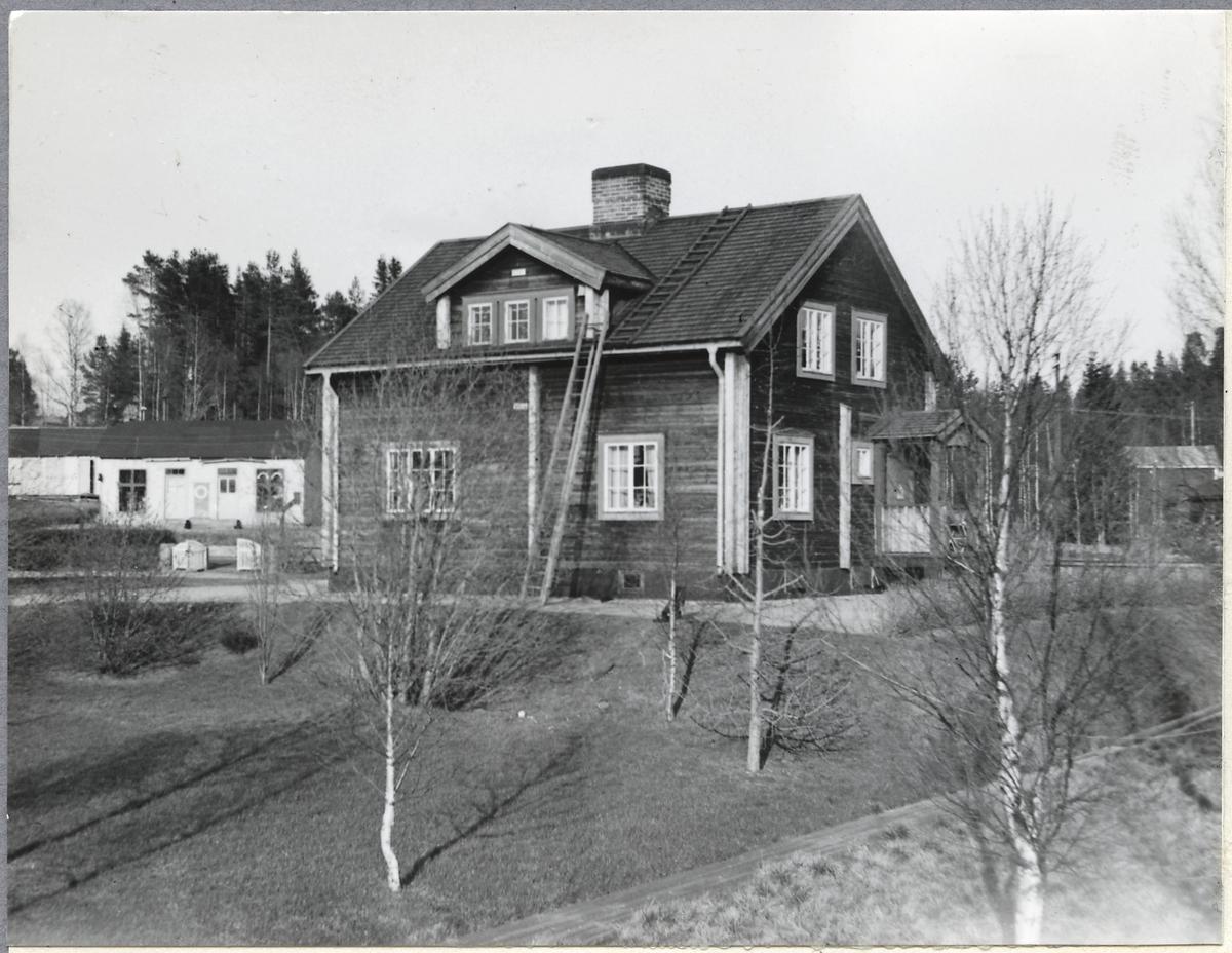 En av två likadana byggnader nära järnvägsövergången mot Sorsele.