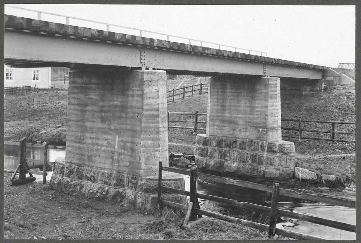 Järnvägsbro över Harrån på linjen mellan Duved och Storlien vid samhället Kvarnbäcken och banvaktstuga Harrån (nummer 578, 393).