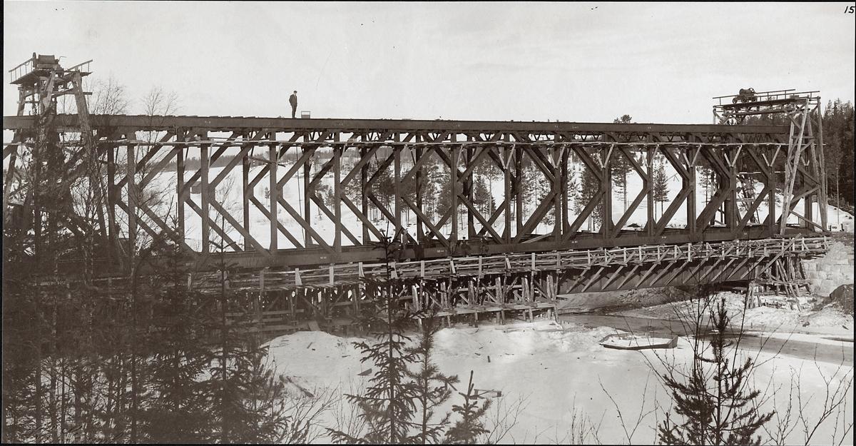 Uppförande av Järnvägsbro över Indalsälven på linjen mellan Östersund och Lit.