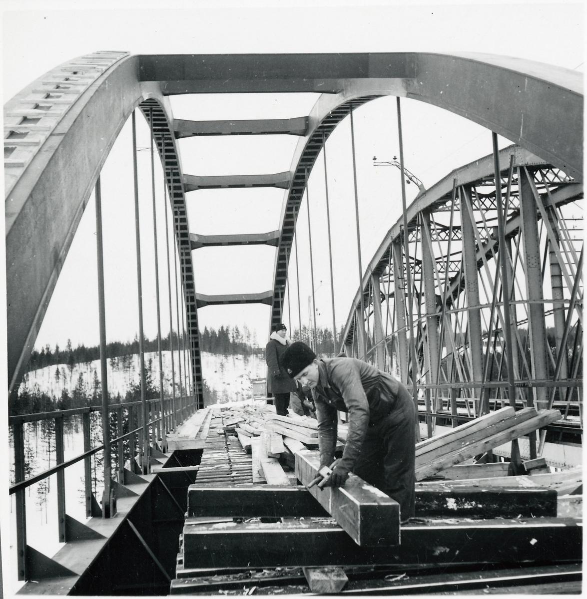 En ny bro byggs över Skellefteälven på linjen mellan Karsbäcken och Kusfors, längs norra stambanan.