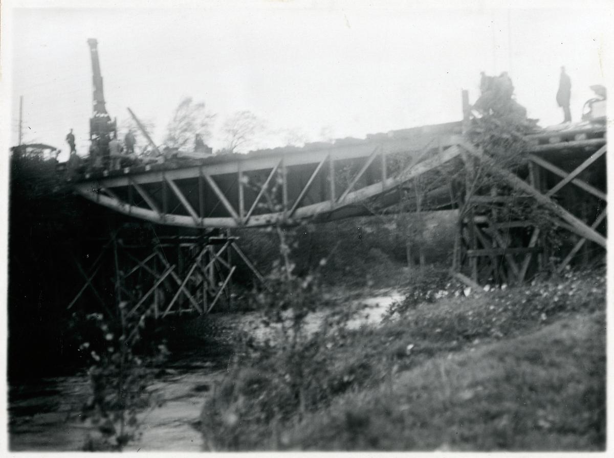 Järnvägsbro över Suseån. Inläggning av överbyggnad. Äldre bro utbaxad.