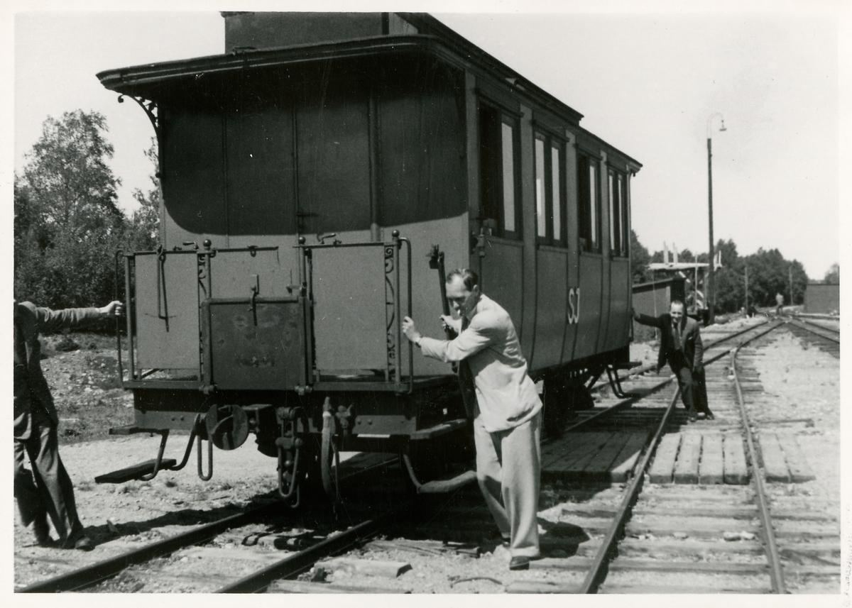 Statens Järnvägar, SJ personvagn. I vagnen har ett mätinstrument av typen Hallades apparat inmonterats. Detta mätinstrument används för att upptäcka och kontrollera spårfel, och även jämföra olika vagnars gångegenskaper.
