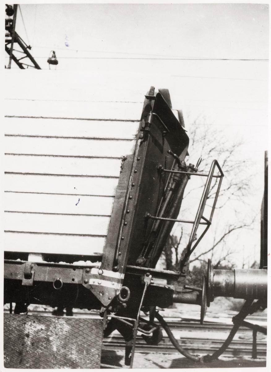 Närbild på skadad del av godsvagn.