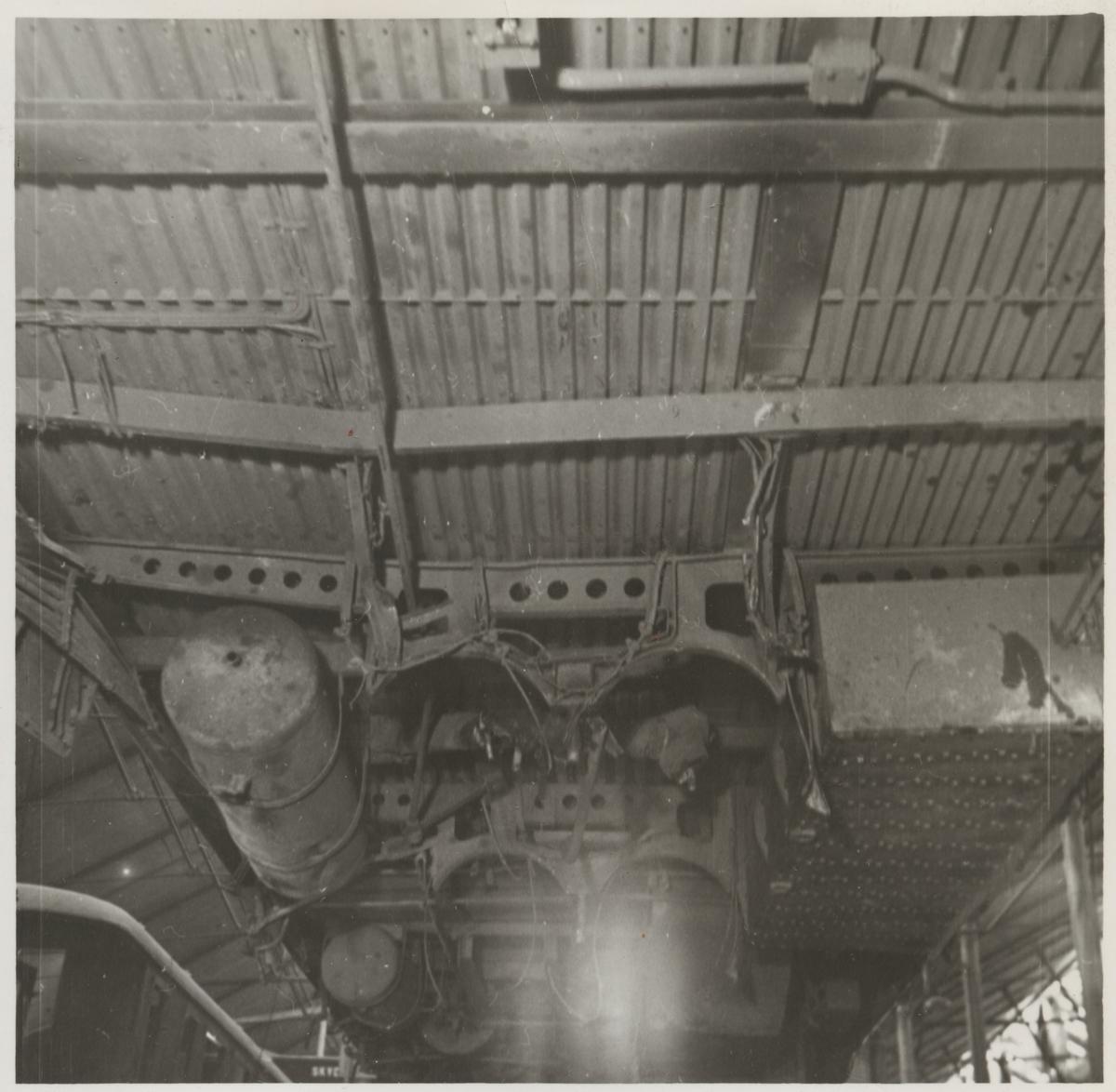 Skador i underredet på A-vagnen efter olycka vid hållplatsen Arket 1951.