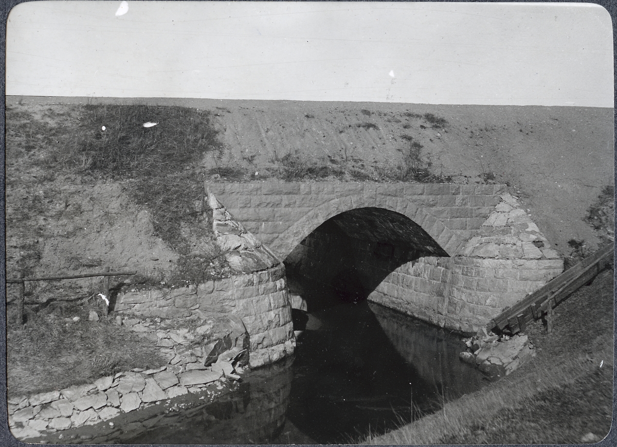 Album med fotografier från Bohusbanan. Kulvert vid Jörlanda från öster.