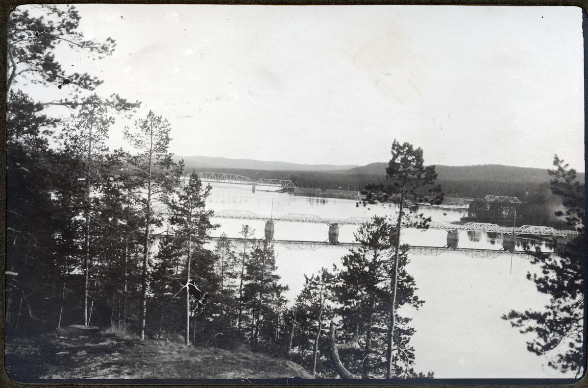 Bron med landsvägsbron i förgrunden från Korpberget.