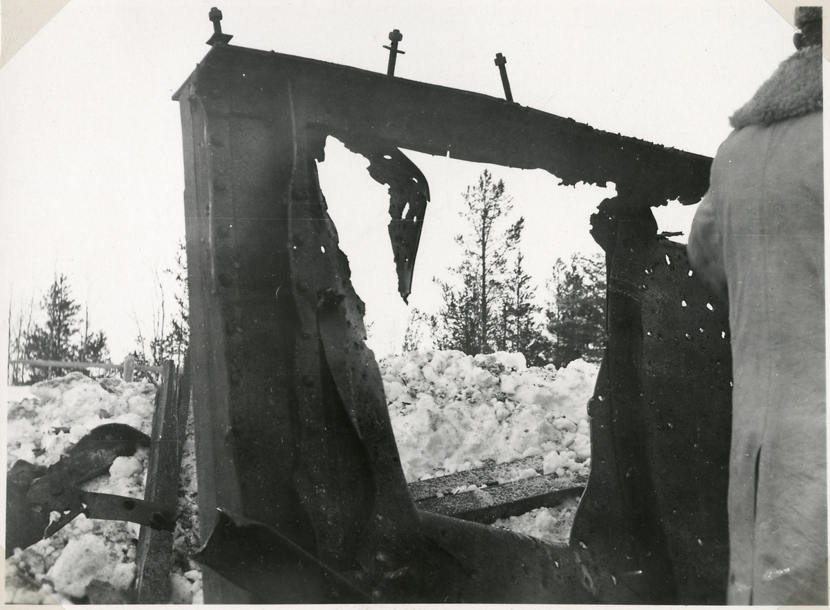 Bombning av plåtbalksbro i Ålså. Efter 50 kg:s bomb.