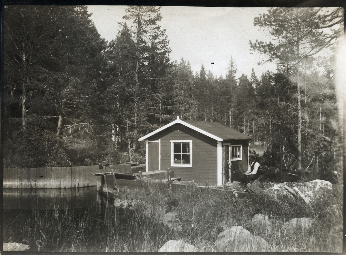 En egen kraftstation. Byggd av stationskarlsförman Per Erik Andersson år 1918. På lediga stunder har han och fadern byggt ett elektricitetsverk vid ett mindre vattenfall nära bostaden, som försåg bostadshus, ladugård och hönshus med elström.