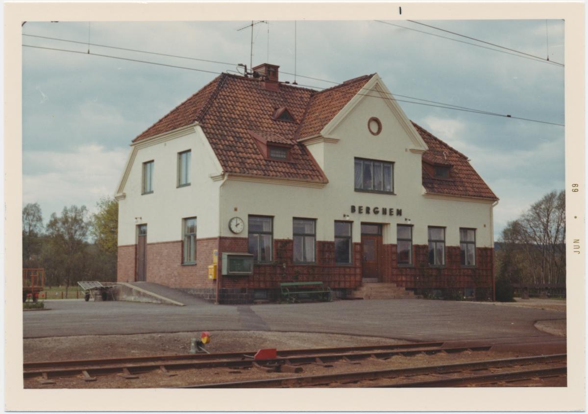 Vy vid Berghem.Trafikplats anlagd 1918. Tvåvånings putsad stationsbyggnad byggt enligt ritningar av arkitekt Harald Söderberg, Varberg. Elektrisk växelförregling anordnad 1945 . Privatägt, välbevarat hus i 1 1/2 plan med stationsnamnsskylt på spårsidan.Resenärerna hänvisas i dag till en hållplats med plastkur strax söder om stationshuset.Både hållplatsen och stationshuset ligger på spårets västra sida.