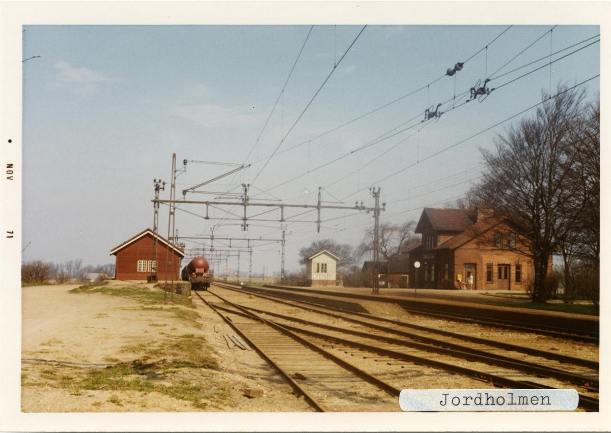 Jordholmen station 1971. Malmö - Kontinentens Järnväg, MkontJ. Stationen hette från början Månstorp men ändrade namn till Jordholmen 1910. Öppnades 1898, och lades ner 1973. Banan elektrifierades 1933. Är fortfarande kvar som trafikteknisk station.