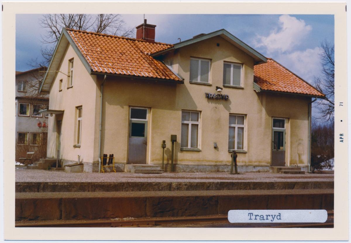 Stationen hette tidigare TRAHERYD, stationen byggdes 1898. Envånings stationshus i tegel. Till SJ cirka 1940. Persontrafiken längs hela banan upphörde i maj 1968. Godstrafiken Timsfors-Strömsnäsbruk upphörde år 2000, men SSJF's fortsatte att trafikera bandelen med museitrafik.