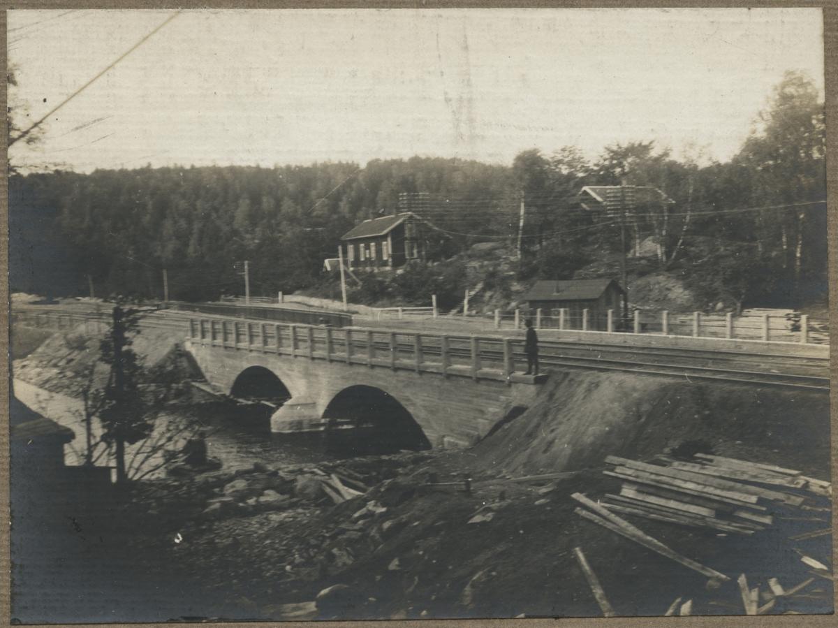 Dubbelspårsbanbyggnad Göteborg - Alingsås. Gjutningen klar av bron över Säveån. Norsesund, sept 1916.