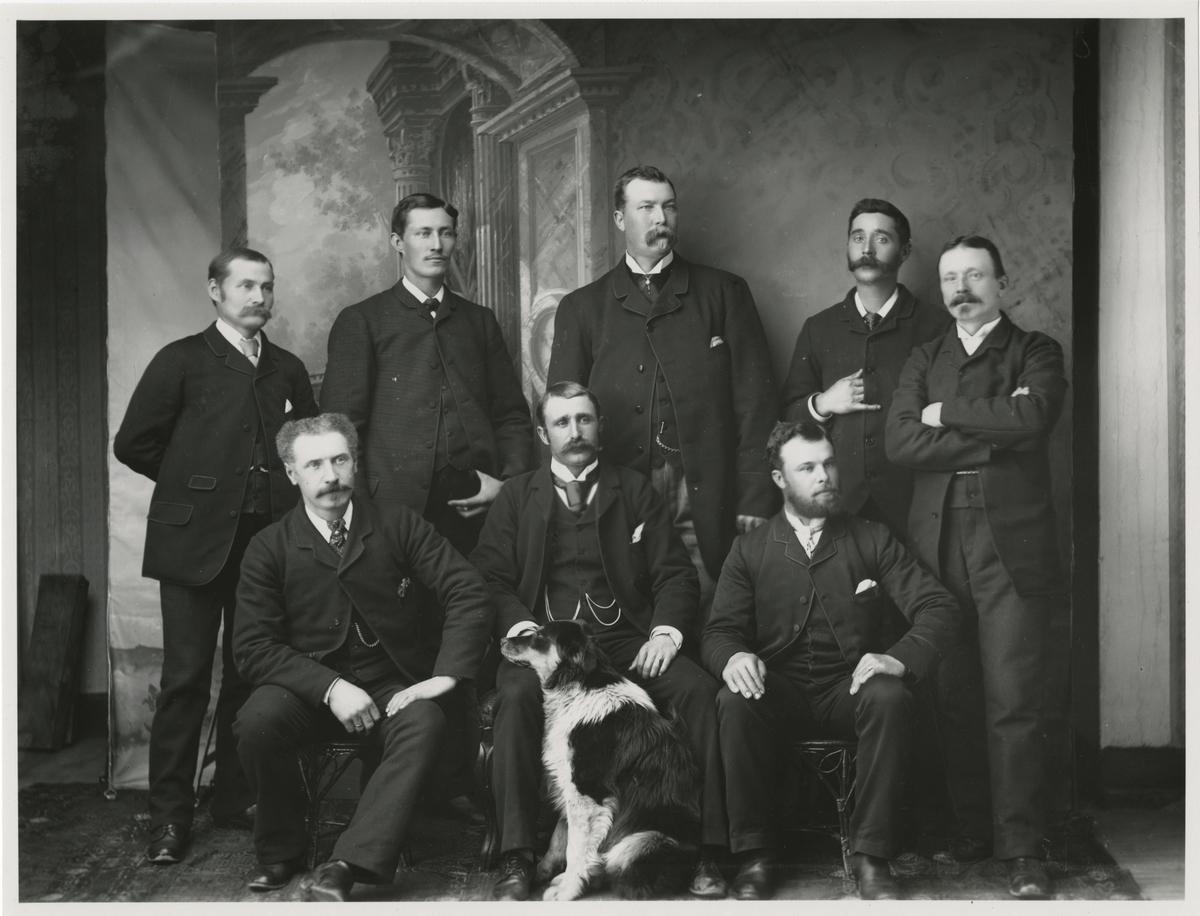 Engelsmännens maskinuppsättare på svartön, från Vänster stående 2. Högberg  och 3. Robertsson, Sittande 1. Mr Fergusson och 3. Mr Kersch.
