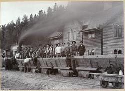Gruståg med banbyggnadspersonal vid Brötjemarks station. Jön