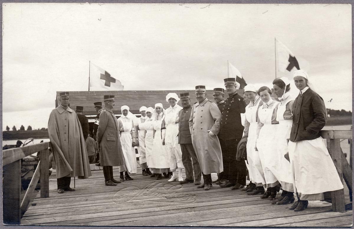 Officerare och sjukvårdspersonal på Haparanda skeppsbro under Första världskriget.